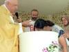 Il vescovo Hil amministra i battesimi nella Comunità di Uznovë