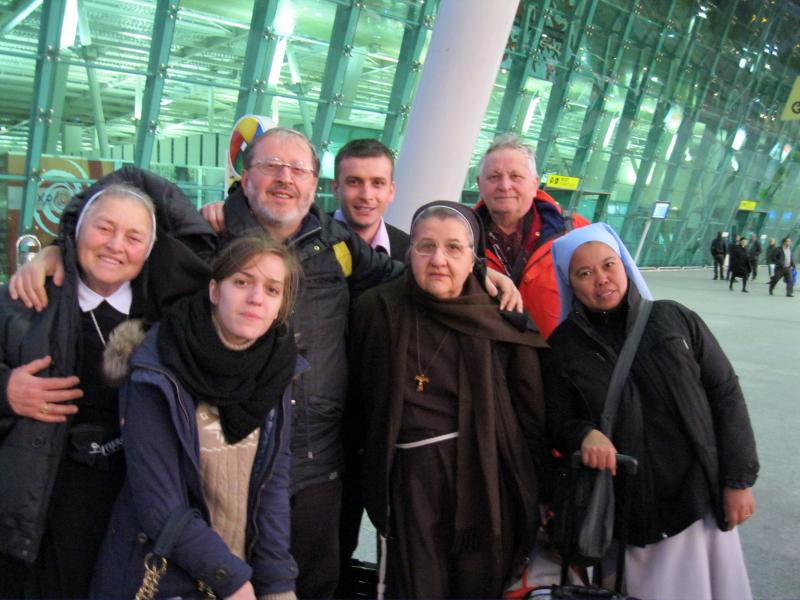 Gli ex-missionari con altri amici all\'aeroporto di Tirana