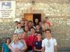 Giovani di Uznovë con il vescovo Lambiasi e i missionari, davanti alla chiesa di S. Pio