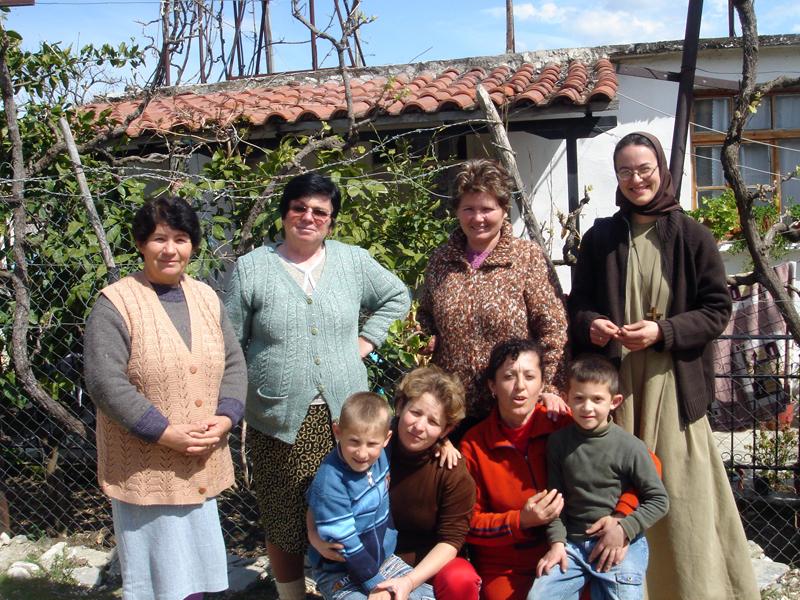 Alcune catecumene del villaggio di Velabisht con sorella Micaela