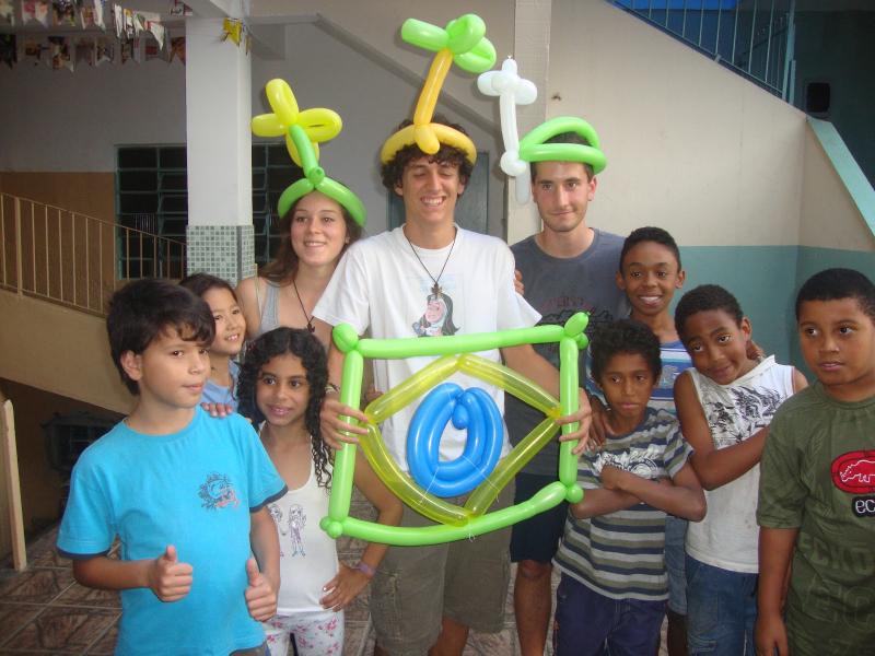 I ragazzi con alcuni bambini