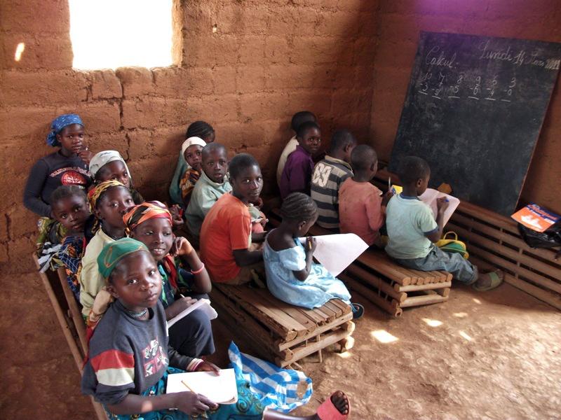 Bambini alla scuola del villaggio Soukpen
