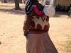 Donna che porta l\'acqua e suo figlio