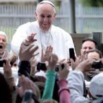 Papa Francesco saluta la gente